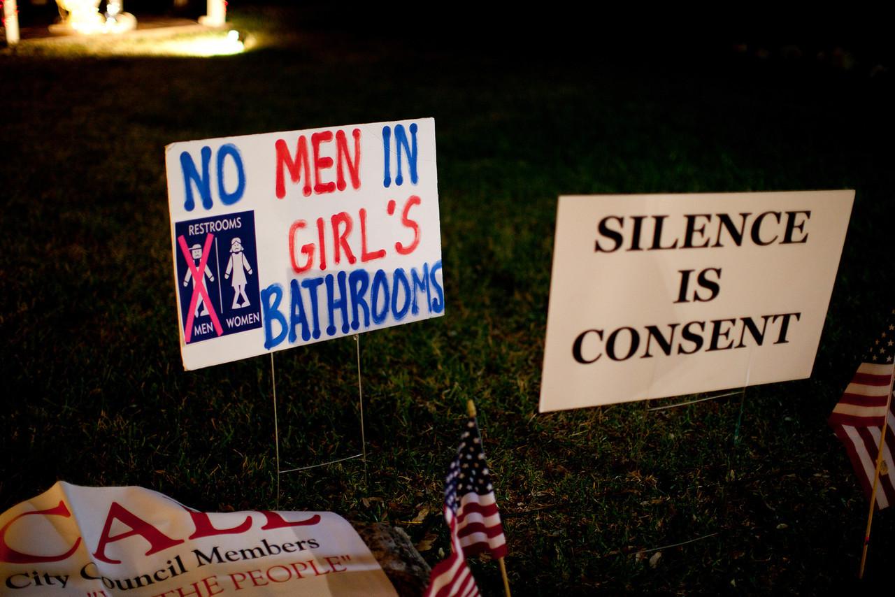 Protestbord tegen genderneutrale wc's in Texas. Tekst: 'geen mannen in de meisjes wc'.