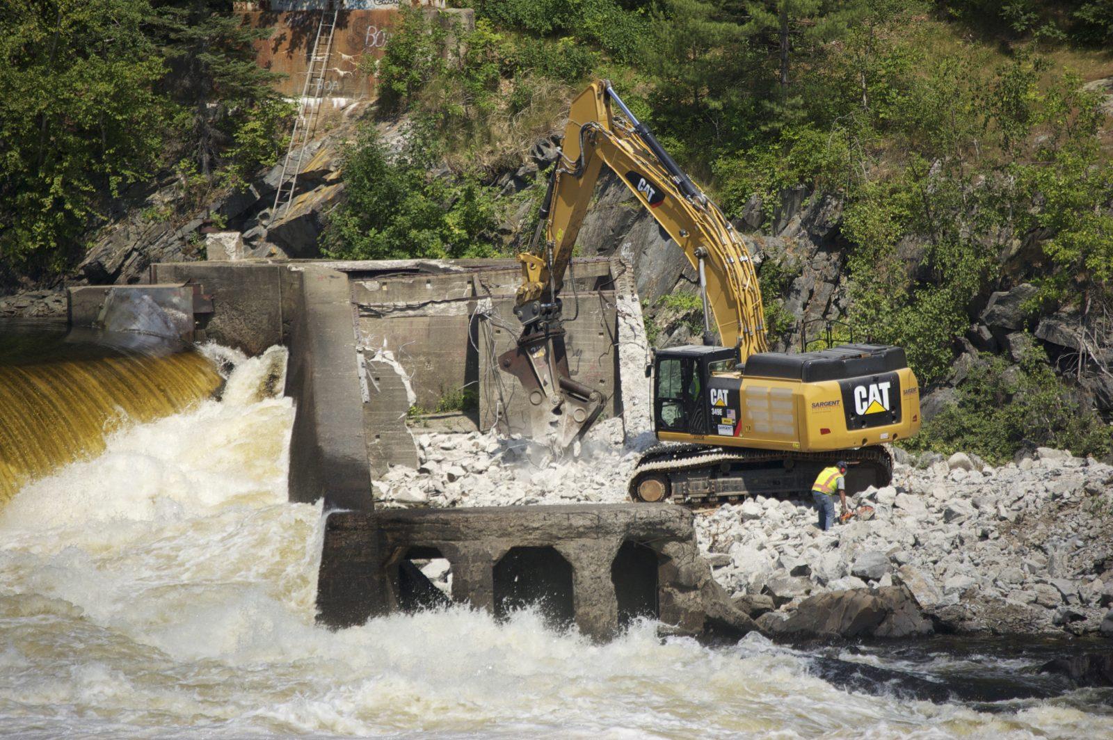 Flickr-Penobscot-River-Restauration-Trust-Een-deel-van-de-Veazie-Dam-in-de-Penobscot-rivier-wordt-afgebroken-2