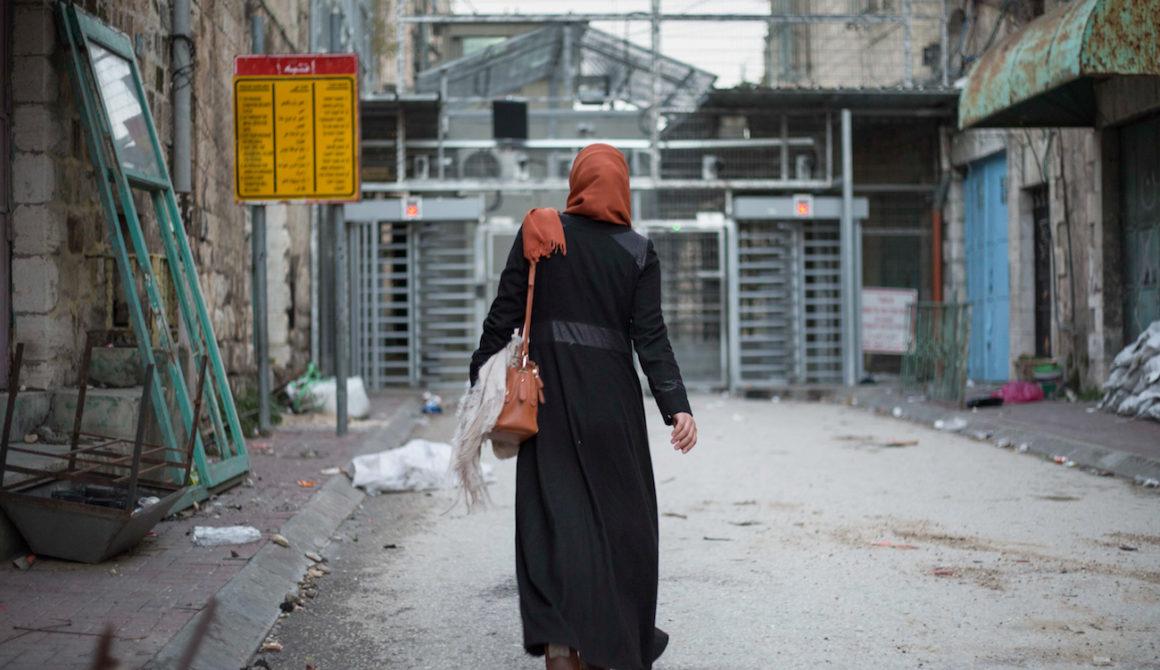 Palestina – Hebron – Palestinian Woman Walking Towards The Checkpoint Into The Jewish Settlement © Sam Asaert – 2018 — WWW.SAMASAERT.COM