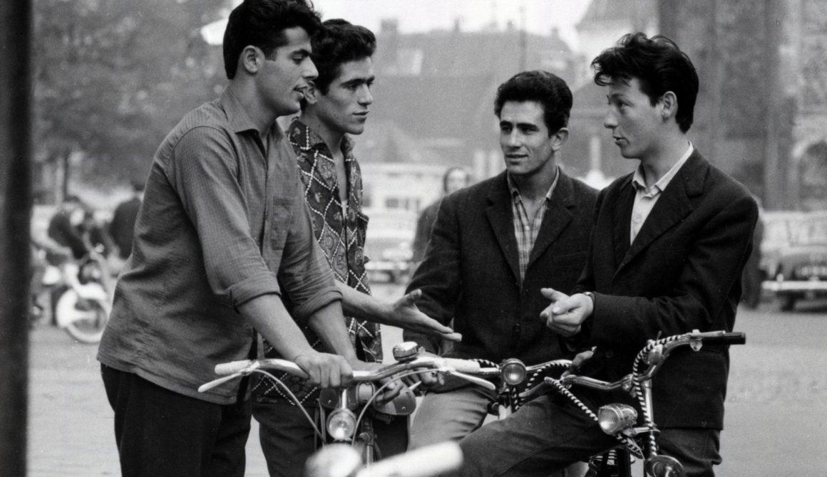 Vier jonge gastarbeiders met fietsen in Enschede, 1969.