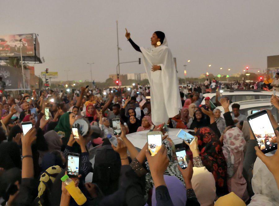 Foto van boegbeeld van de demonstraties Alaa Salah – Foto gemaakt door Lana Haroun Twitter