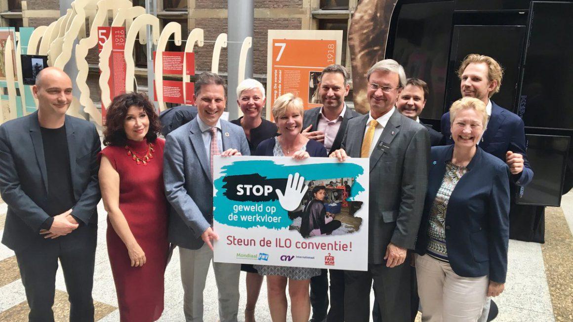 20190604-Overhandiging-Manifest-Stop-geweld-op-de-werkvloer-1-1.jpg