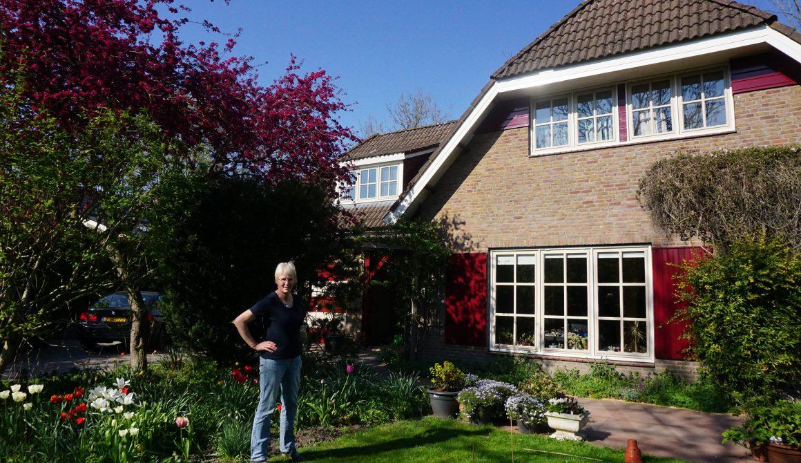 Bea Blokhuis voor haar huis