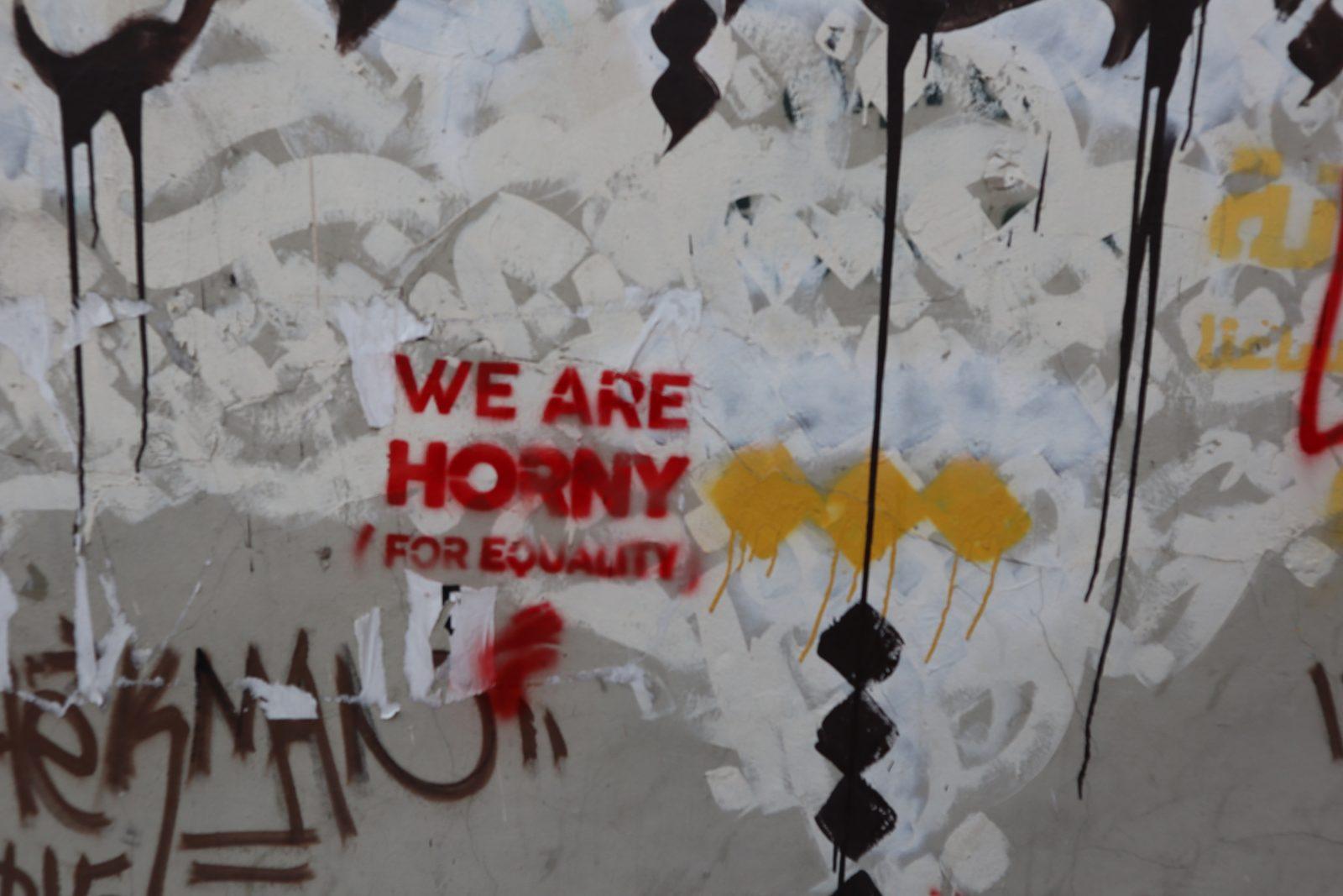 Deze graffiti slogan is onderdeel van een actie van de Libanese NGO Helem om aandacht te vragen voor de rechten van LHBT'ers.