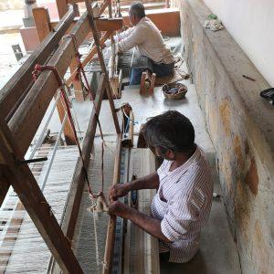 Handwevers bij Khamir