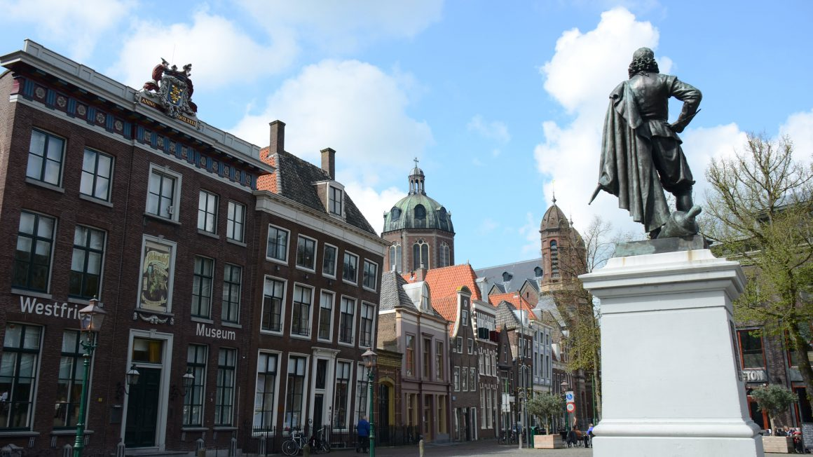 Central_square_Hoorn_with_the_statue_of_J.P._Coen_known_from__dispereet_niet__-_panoramio