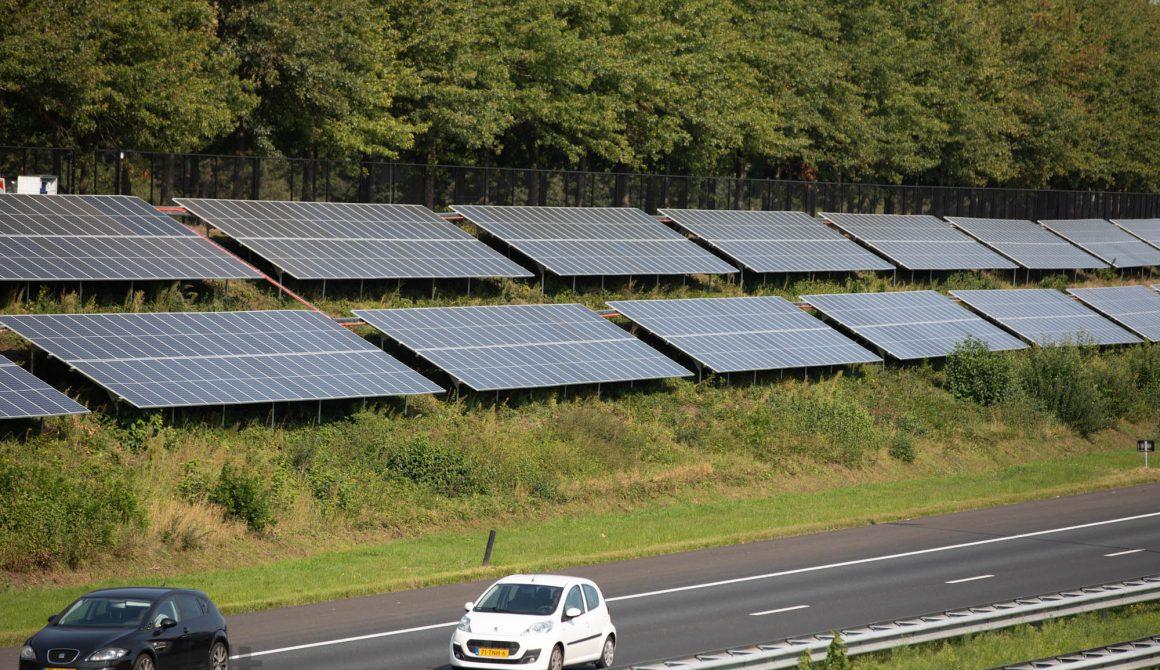 Foto-zonnepark-A58-Etten-Leur-zonnepanelen-en-snelweg.jpg
